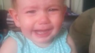 Emotional baby bursts into tears at mom's singing - Video