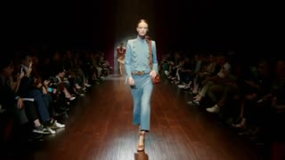 Gucci kicks off Milan Fashion Week with retro look - Video