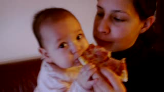 bebe a comer pizza - Video