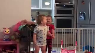 Hilarious twin babies scream together in perfect harmony