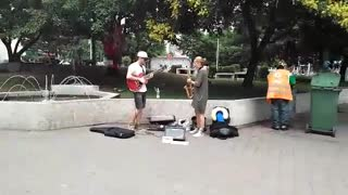 Street artists entertain locals in Budapest - Video