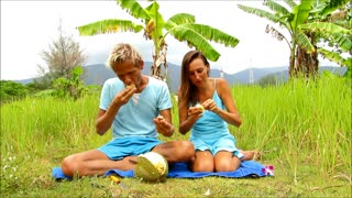 Opening Durian for the first time, Koh Chang - Thailand - Video