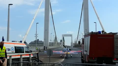 Stunt plane takes off from Erzsébet Bridge in Budapest
