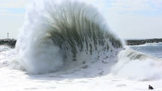 Enormous wave captured in glorious slow motion