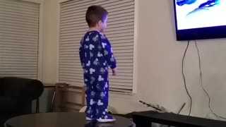 This kid loves to sing and dance (frozen) - Video