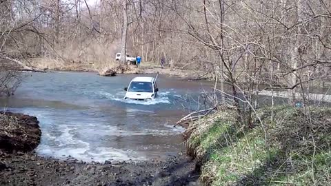 Suzuki Jimny nearly blown over while crossing the river