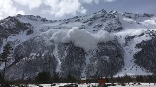 Avalanche Kills Six at Russian Ski Resort - Video