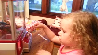 Little girl easily wins the claw game - Video