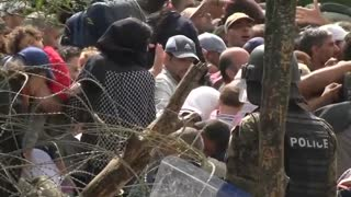 Macedonian police use stun grenades, batons on migrants - Video