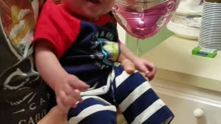 Baby giggles when sister hits a balloon  - Video
