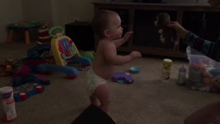 Baby's first steps incredibly captured on camera - Video