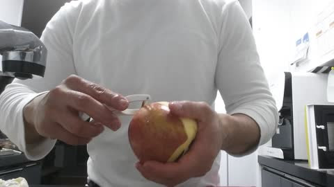 Lifehack How To Peel An Apple Without a Knife