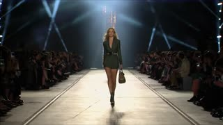 "Versace presents bold look fit for ""urban jungle"" - Video"