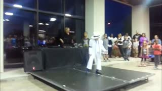 6-year-old Michael Jackson impersonator entertains crowd - Video