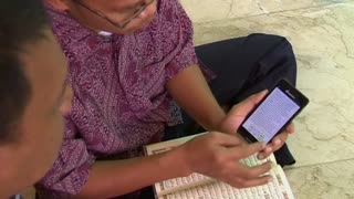 Smartphone app helps non-Arabic speaking Muslims read the Koran - Video