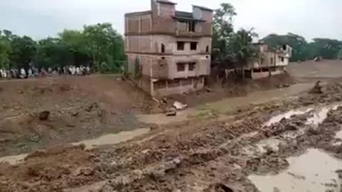 Dramatic video of a three-story building collapsin in India