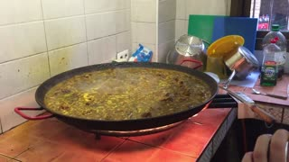 Coolest Paella Trick Ever  - Video
