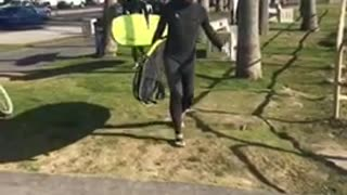 Bunch of guys with surfboards walk to beach - Video