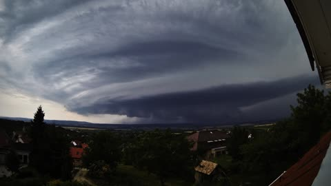 Intense Time Lapse Footage Of Supercell Storm In Hungary
