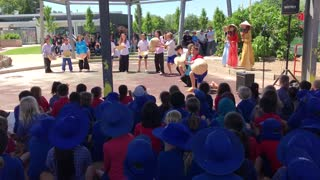 Australian year 6 pupils sing and dance a Vietnamese song  - Video
