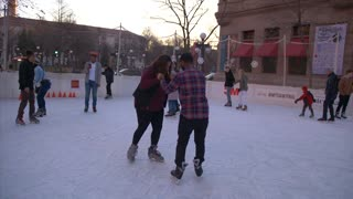 Ice skating date turns into surprise marriage proposal  - Video