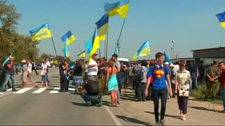 Activists block roads into Crimea - Video