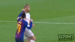 Lionel Messi PUNCHING Fabinho