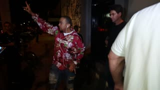 Producer Timbaland spotted outside LA restaurant - Video