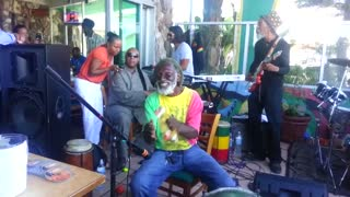 Stevie Wonder randomly surprises band to cover Bob Marley - Video
