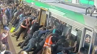 Australian commuters tilt train to free man's leg - Video