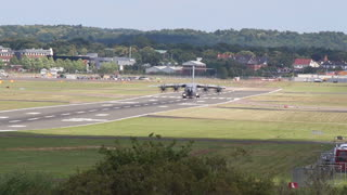 Airbus A400m incredible short landing - Video