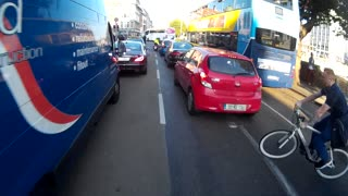 Disastrous crash with cyclist shockingly avoided - Video