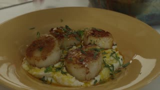 Howto cook Pan Seared Scallops with Gretchen Rossi - Video