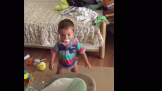 Toddler is a one-man dancing machine - Video