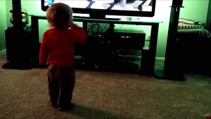 Toddler shows off dance moves - Video
