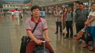 Chinese man invents suitcase scooter - Video