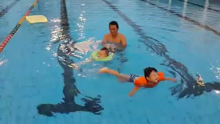 Course 2 year old baby swim with Dad * - Video