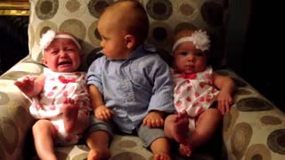 Adorably confused baby meets twins - Video