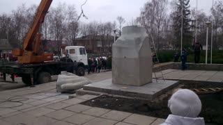 Taking Down The Lenin Monument