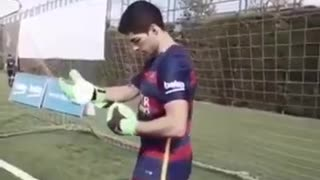 Luis Suarez as a Goalkeeper Freestylers - Video