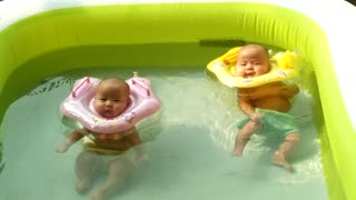 2-month-old twin babies enjoy pool time - Video