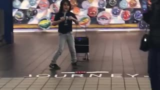 Little boy sings in subway station - Video