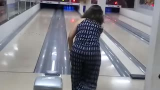 Shocking with Crazy Scene -  The Woman Epic Fail At Bowling - Video