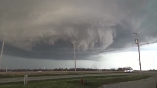 Insanely massive tornado formation captured in Illinois - Video