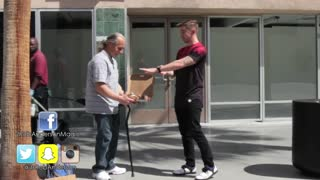 Magician shocks homeless man after throwing away pizza - Video