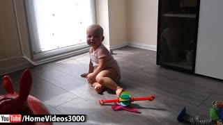 Baby shows off breakdancing moves - Video