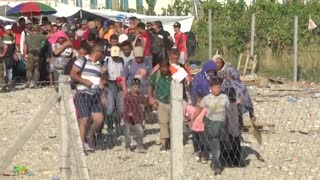 Migrants board north-bound train from Macedonia - Video