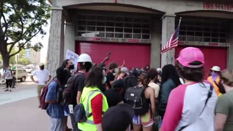 FBI detainee escapes custody, flees into crowd of protesters who try to help her
