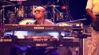 Stevie Wonder gets political in New York - Video