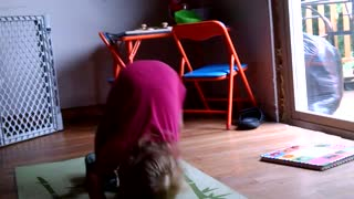 Toddler puts incredible effort into somersaults - Video